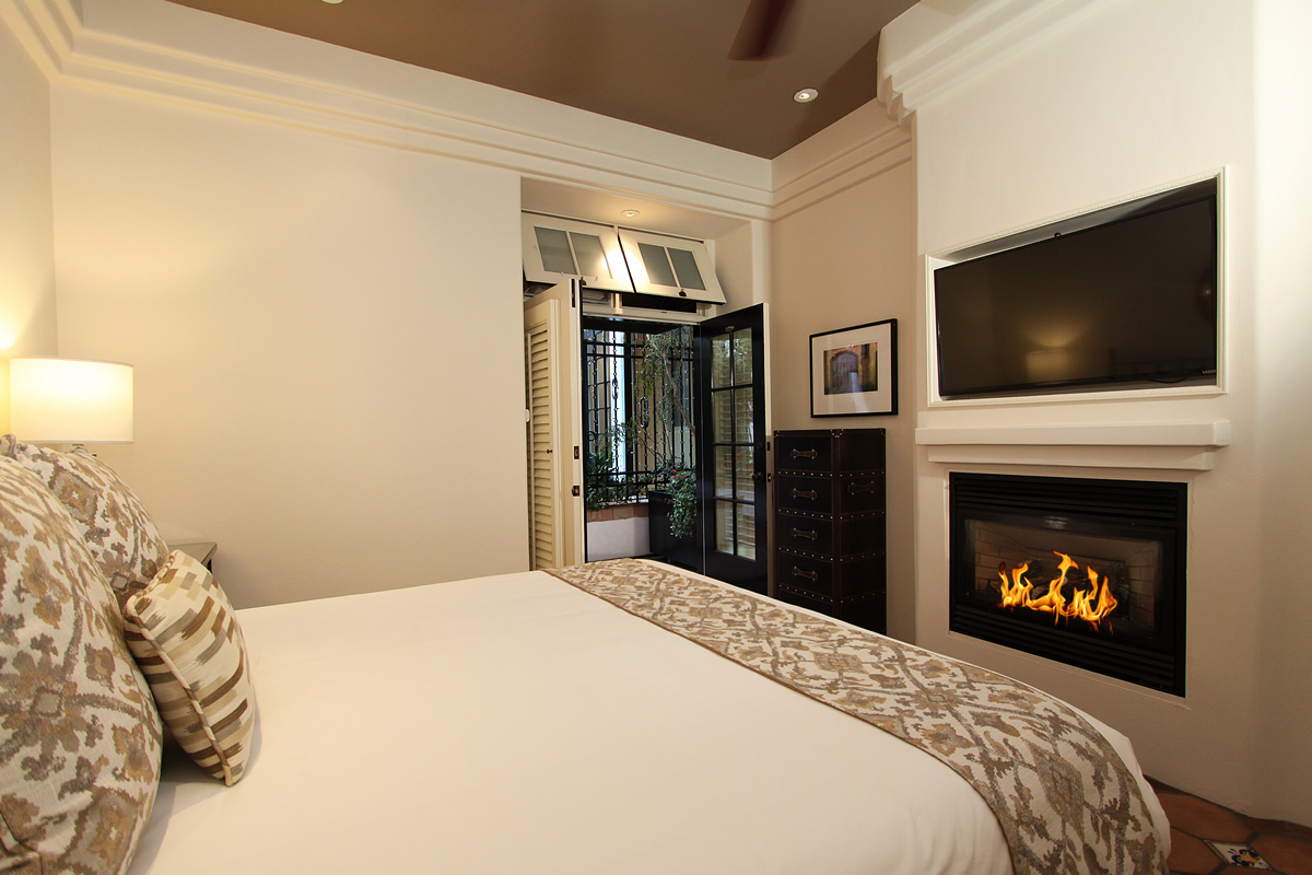 116-king-suite-private-entrance-bedroom