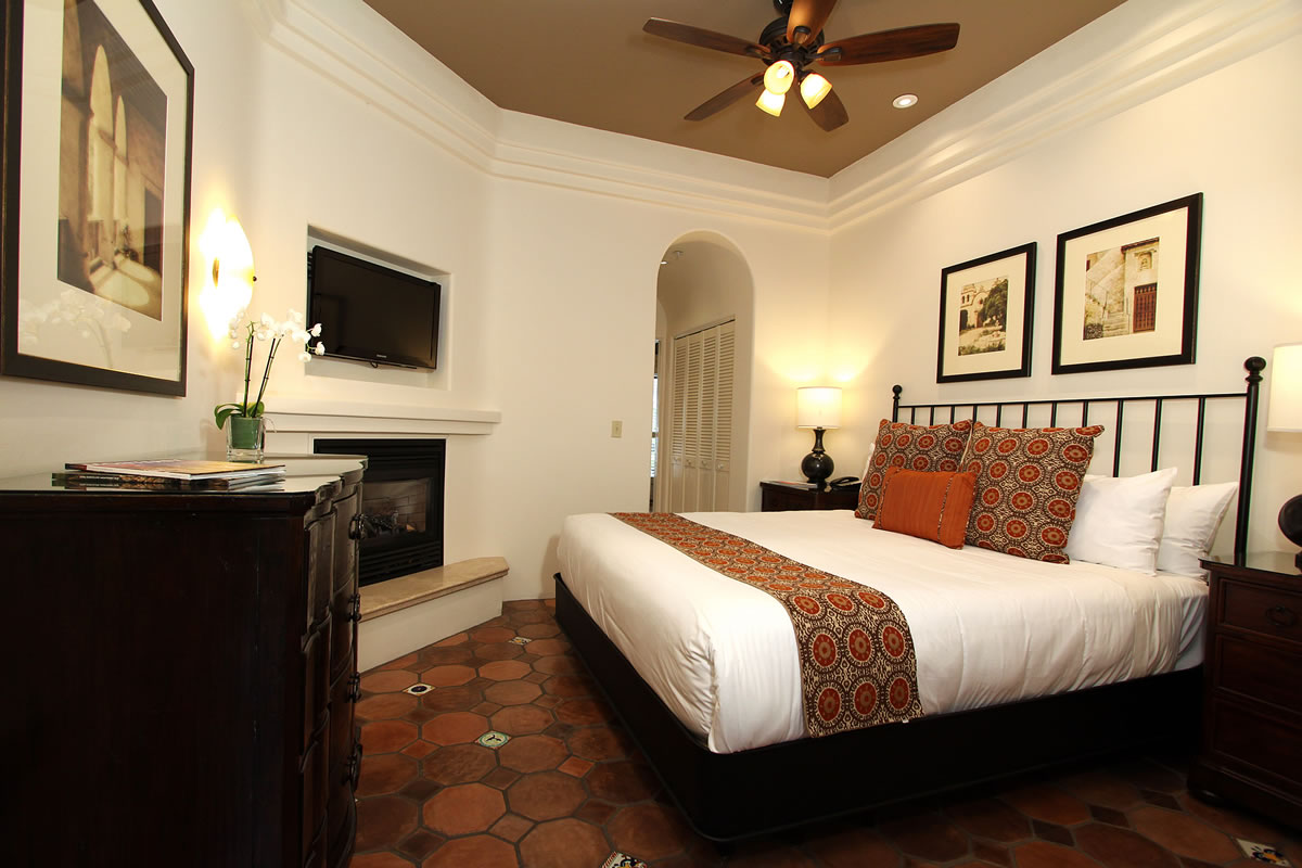 117-king-suite-with-private-entrance-bedroom