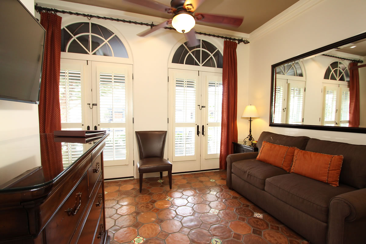 117-king-suite-with-private-entrance-living-room