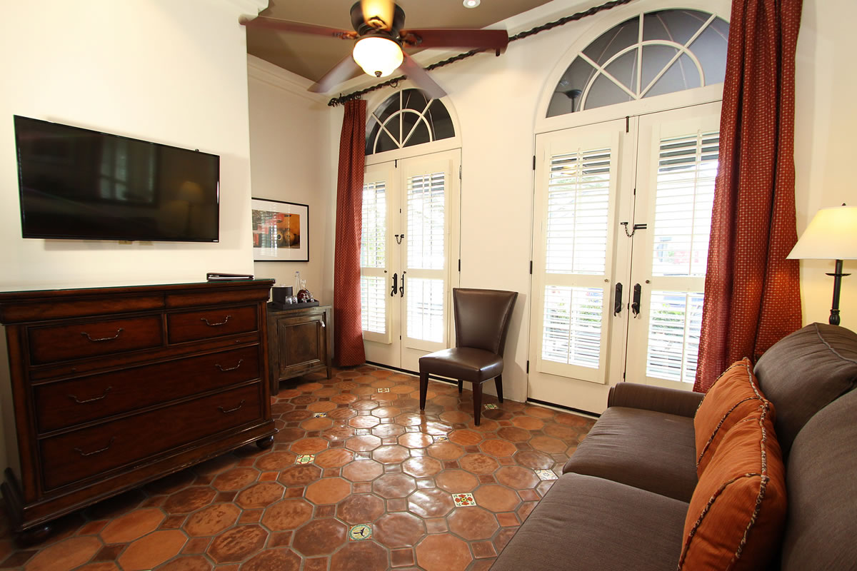 117-king-suite-with-private-entrance
