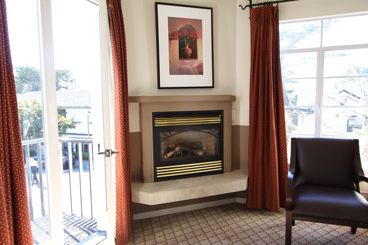 219-king-deluxe-with-fireplace-balcony