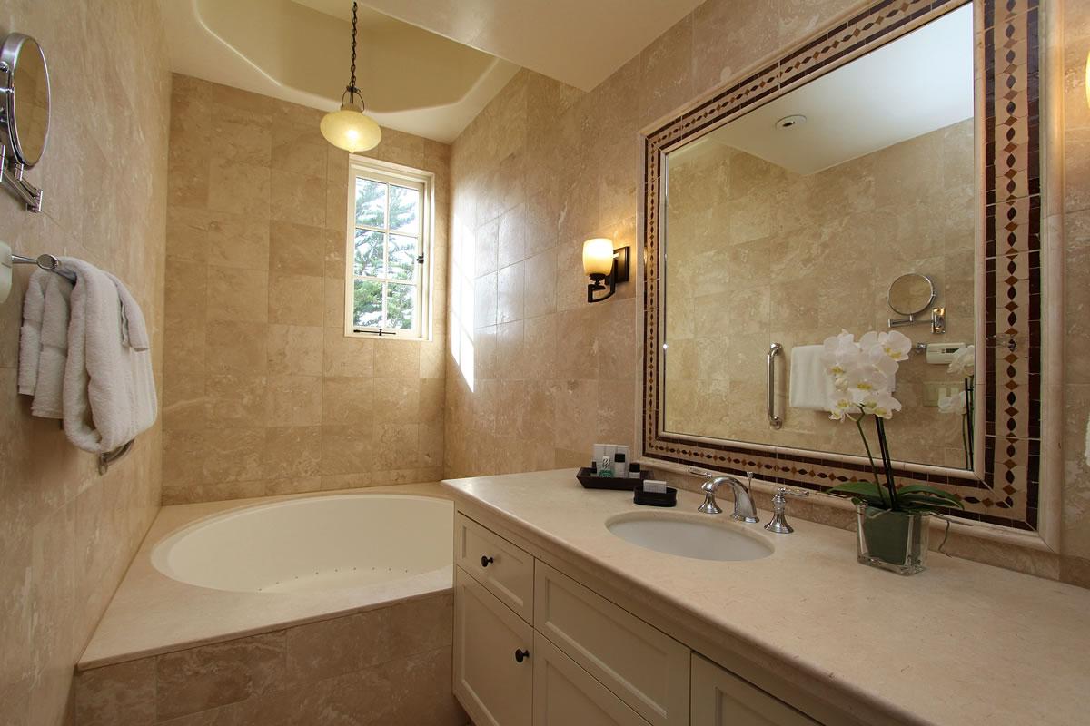 221-king-suite-with-veranda-bath