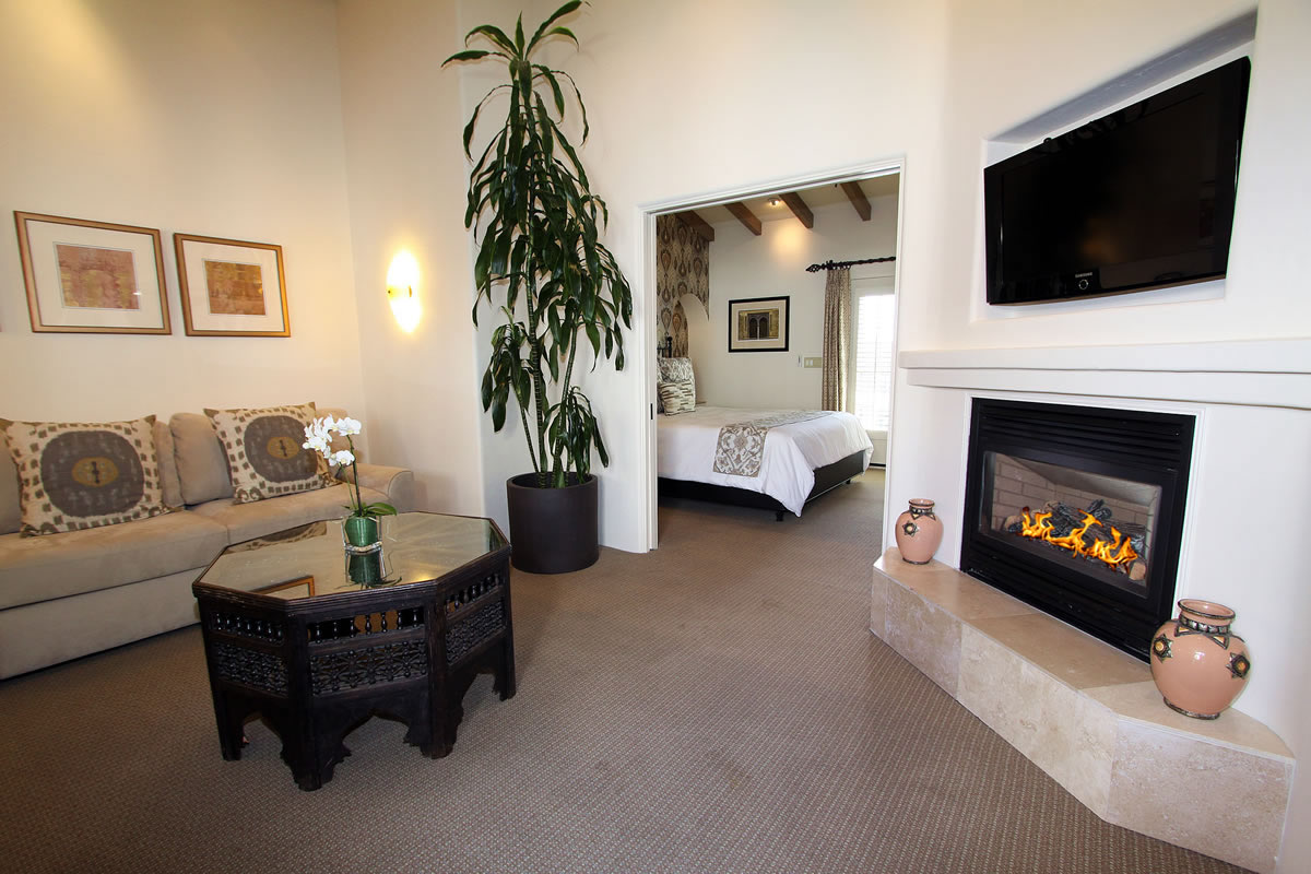 221-king-suite-with-veranda-living-room