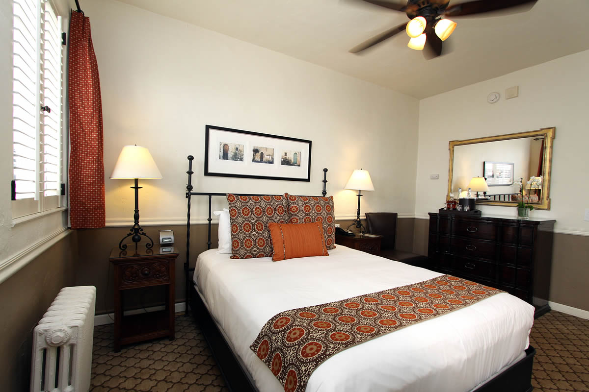 109 standard queen Carmel Hotel Rooms Photo Gallery