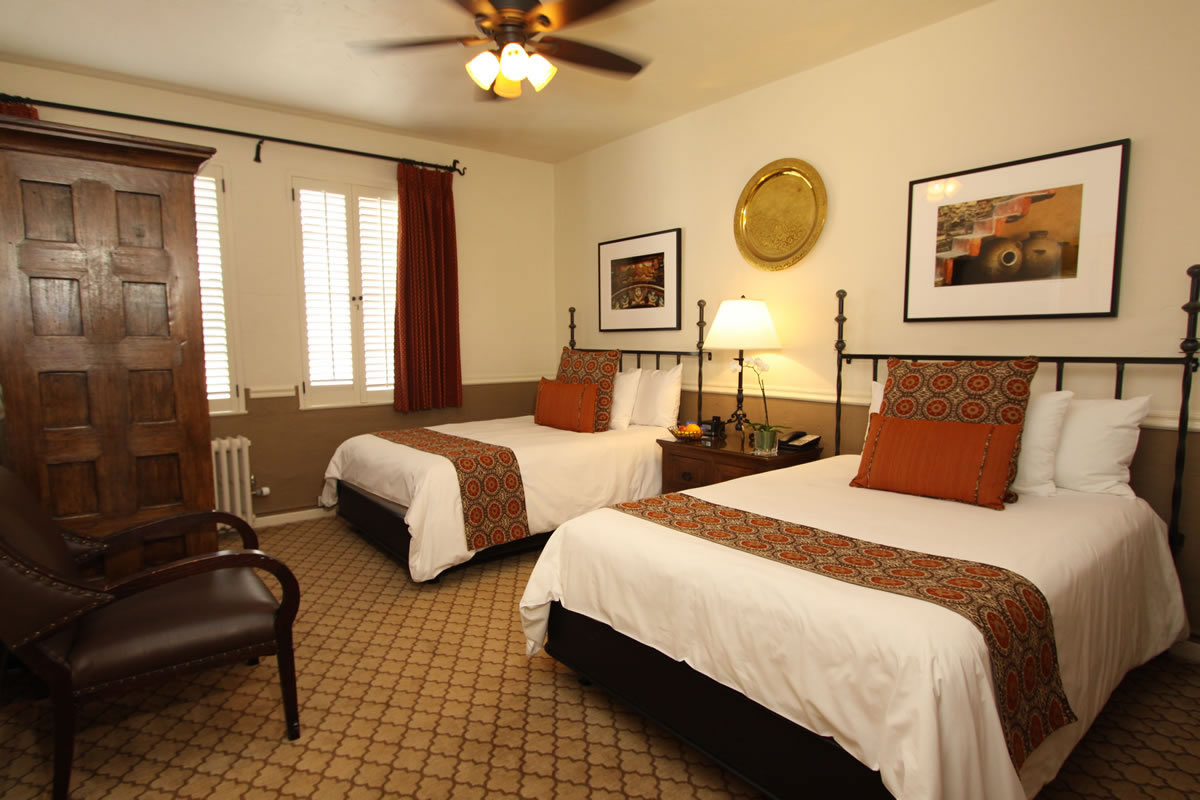 Picture of: Carmel Hotel 2 Queen Beds Rooms Rates Cypress Inn Carmel By The Sea Bed Breakfast Lodging In Carmel California